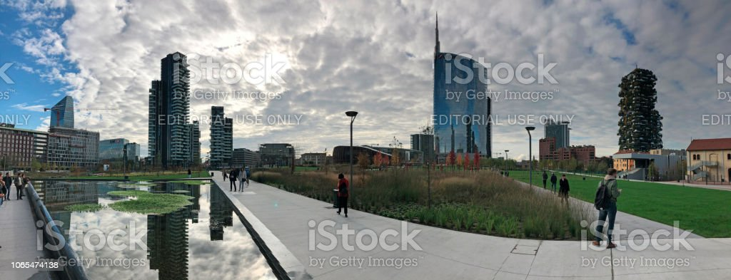 Library of trees, new Milan park. Unicredit skyscraper, Vertical forest, Solaria tower and Diamond tower. Lombardy, Italy - foto stock