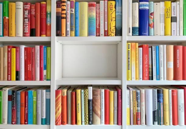 bibliotheek planken en een deel leeg - boekenplank stockfoto's en -beelden