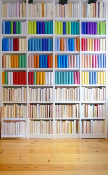 Bibliotheksregale gefüllt mit generischen bunten Büchern – Foto