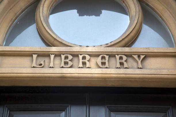 bibliothek-schild am gebäude - bibliothekschilder stock-fotos und bilder