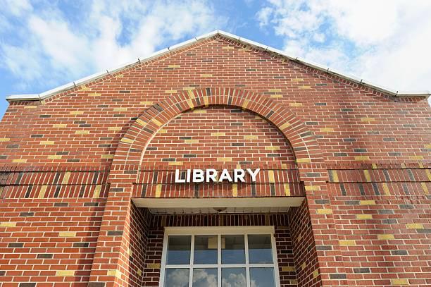 bibliothek-schild auf dem gebäude - bibliothekschilder stock-fotos und bilder