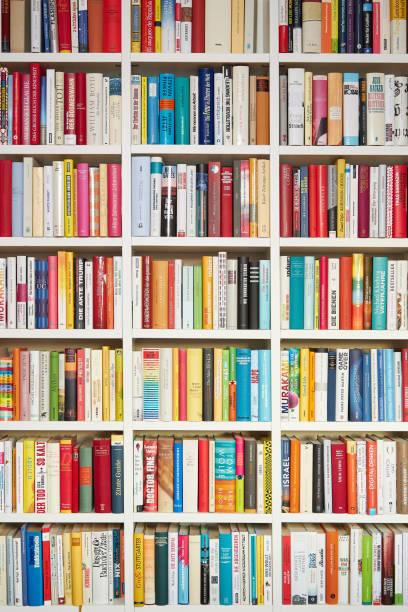 Bibliothek, weiße Regale, mehrfarbige Bücher – Foto