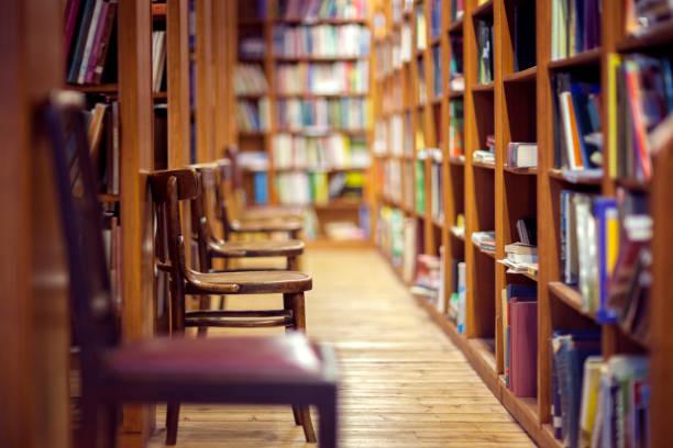 Bibliothek mit Büchern auf Regal und leere Stühle – Foto