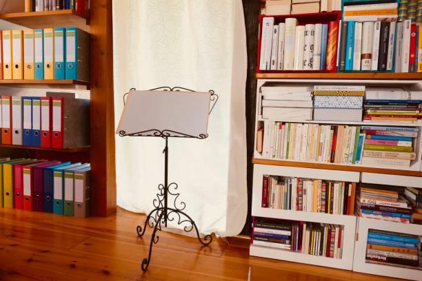 bibliothek mit vielen büchern und ordnern - notenständer stock-fotos und bilder
