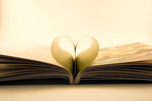 Libro de amor Un libro en el que sus hojas simbolizan un corazón libro stock pictures, royalty-free photos & images