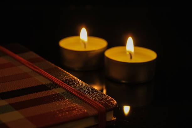 Libro de notas con velas a los lados Libro de notas con velas a los lados libro stock pictures, royalty-free photos & images