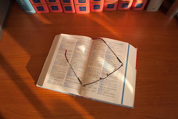 Libro Libro aperto con occhiali libro stock pictures, royalty-free photos & images