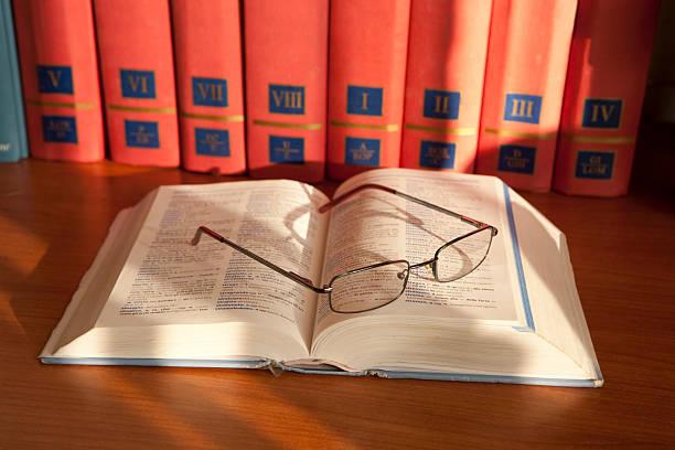 libro libro con occhiali libro stock pictures, royalty-free photos & images