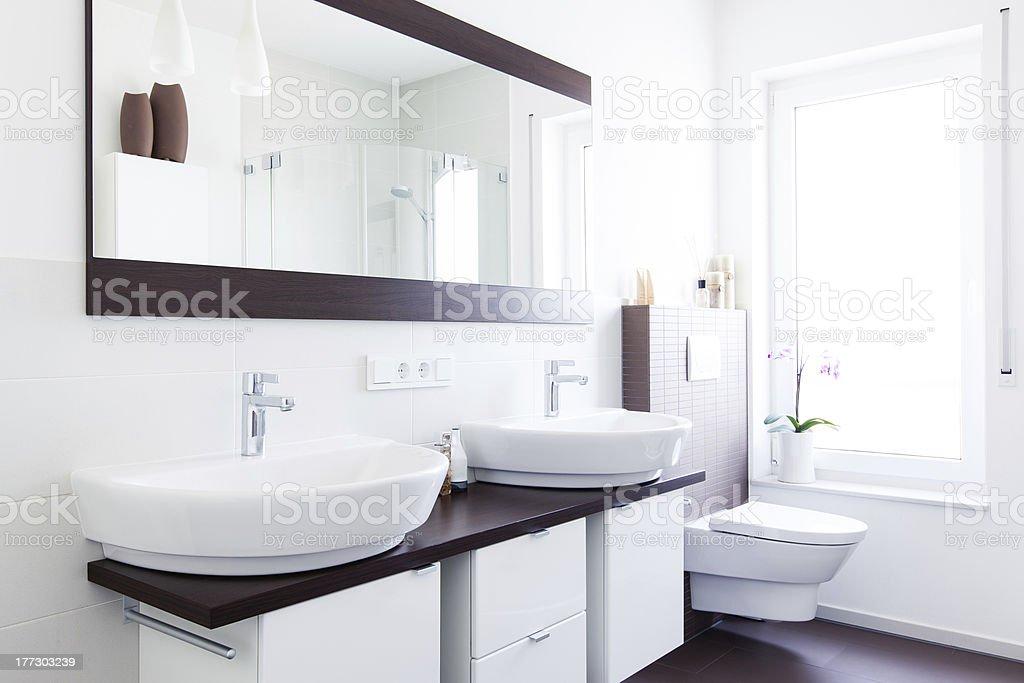 Lichtdurchflutetes design Badezimmer stock photo