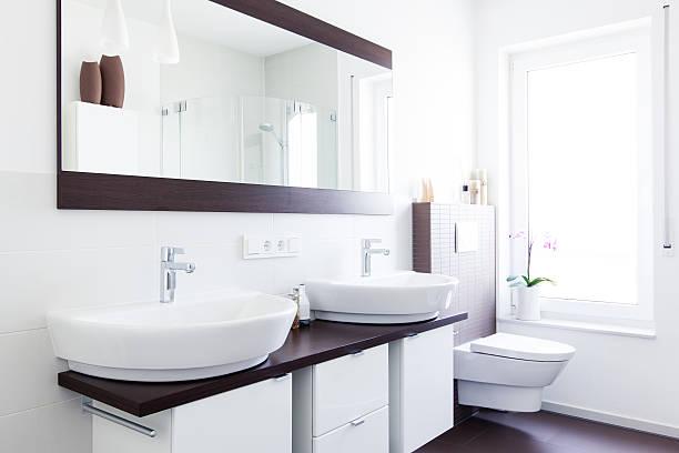 lichtdurchflutetes design badezimmer - minimalbadezimmer stock-fotos und bilder