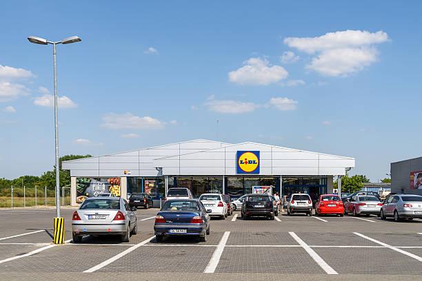 lidl supermercato in romania - lidl foto e immagini stock