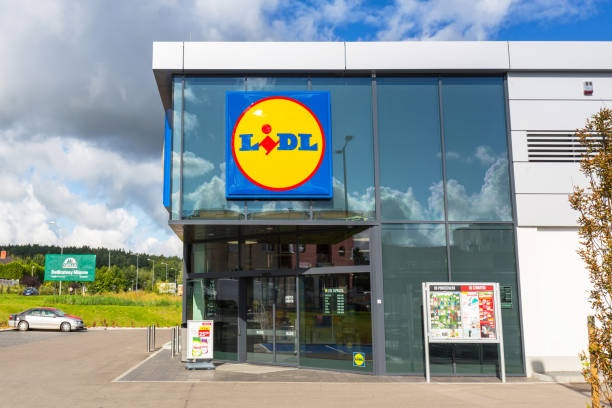 lidl supermarket near pruszcz gdanski, poland - lidl foto e immagini stock