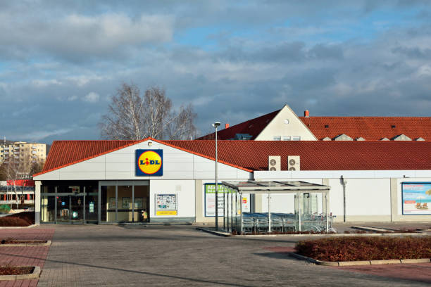 lidl supermarket store in the german town amberg - lidl foto e immagini stock