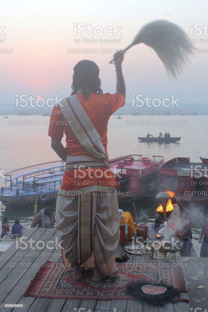 Vida y actividades en el río Ganges y su banco en Varanasi, India - Foto de stock de Asia libre de derechos