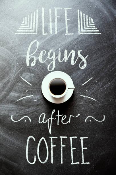 das leben beginnt nach kaffee  - kreidetafel zitate stock-fotos und bilder