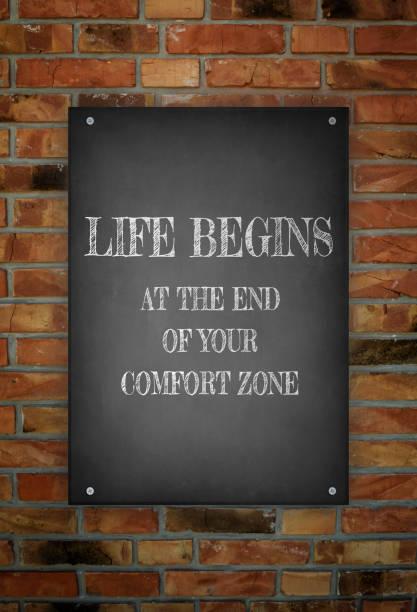 das leben beginnt am ende deine komfort-zone  - das leben genießen zitate stock-fotos und bilder