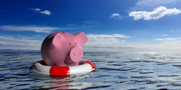 rettungsring und ein sparschwein auf blaue meer hintergrund. 3d illustration - sos einzelwort stock-fotos und bilder