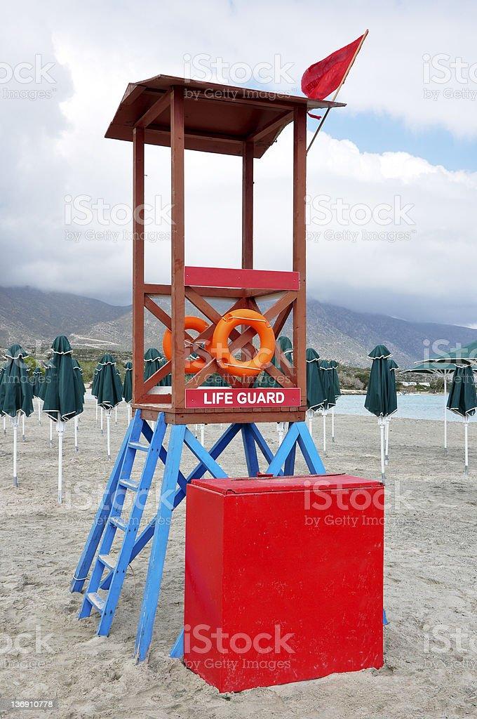Sauveteur Look avec drapeau rouge sur la plage photo libre de droits