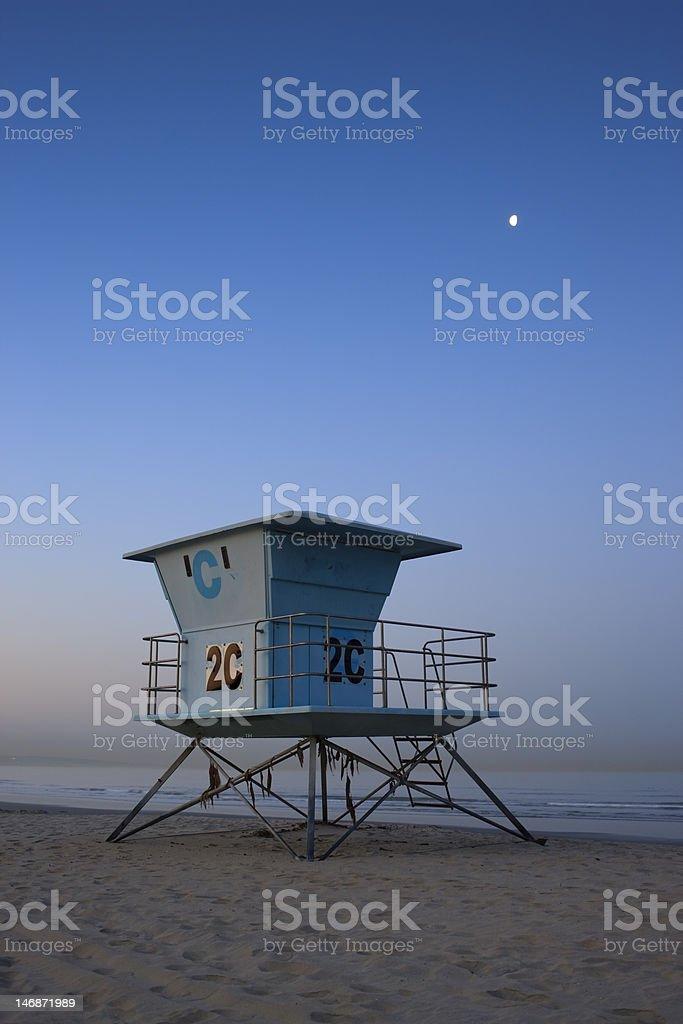 Zgarniacz station na ocean plaża ze spokojną na wschód słońca – zdjęcie