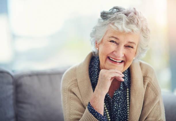 la vie n'a pas changé mon sourire un peu - seulement des femmes seniors photos et images de collection