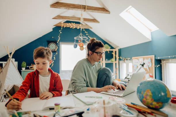 leben in einer quarantäne - homeschooling stock-fotos und bilder