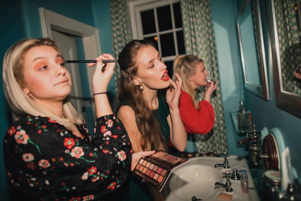 leben im damen-bad - anzieh nacht stock-fotos und bilder