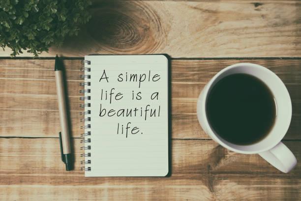 inspirierende zitate leben - ein einfaches leben ist ein schönes leben. - danke zitate stock-fotos und bilder