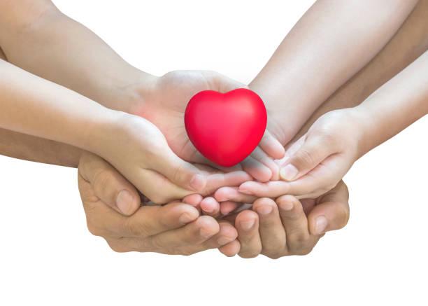 lebensversicherung und gesundheit sicherheit für familie schutzkonzept mit vater - kinder unterstützen rote herzen zusammen (isoliert mit clipping-pfad) - fails zum thema eltern stock-fotos und bilder