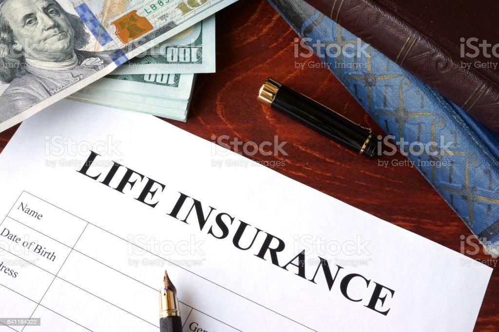 Police d'assurance vie et la monnaie sur une table. - Photo