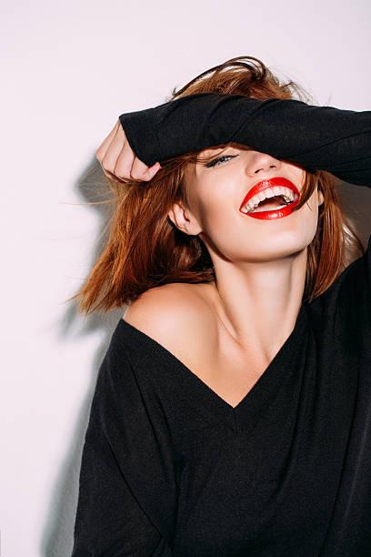 la vida es una broma - moda de maquillaje fotografías e imágenes de stock