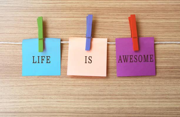 das leben ist genial inspirational zitat auf notizen am seidenen wäscheklammern - gründe zitate stock-fotos und bilder