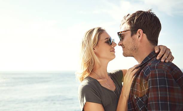 """la vita è bella """"  - brunette woman eyeglasses kiss man foto e immagini stock"""