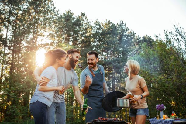 la vida es mejor con tus amigos  - couple lunch outdoors fotografías e imágenes de stock