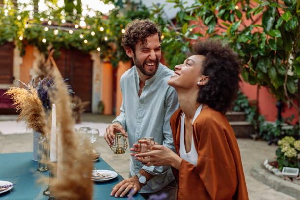 la vida es hermosa cuando estás enamorado - couple lunch outdoors fotografías e imágenes de stock