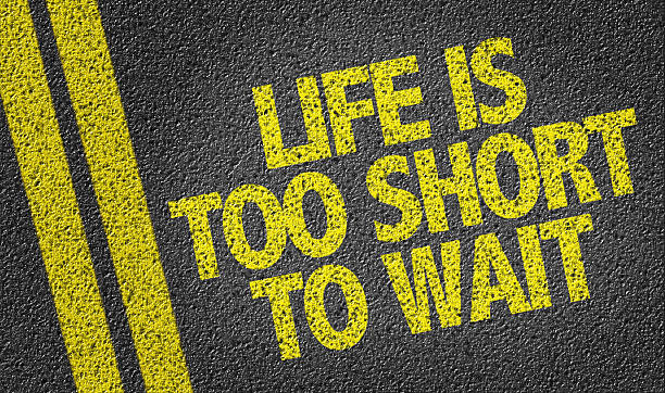 das leben ist zu kurz, zu warten auf der straße - motivationsfitness zitate stock-fotos und bilder