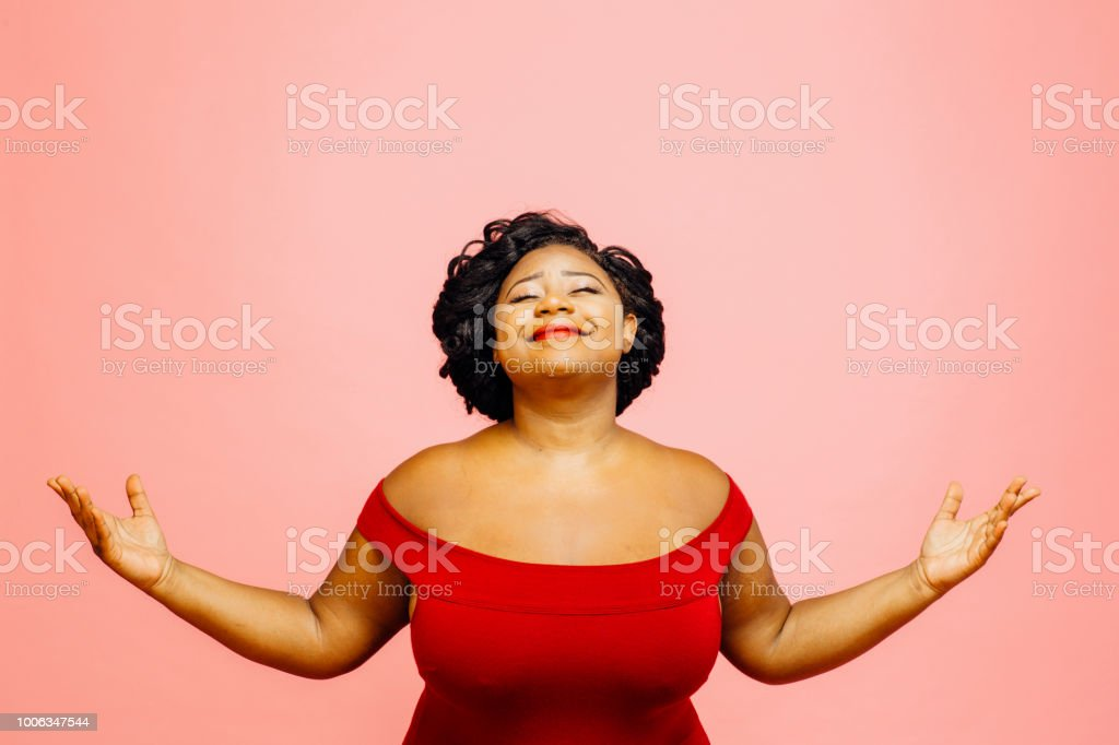La vida es maravillosa / retrato de una mujer confiada y satisfecha tanto con las manos hacia fuera foto de stock libre de derechos