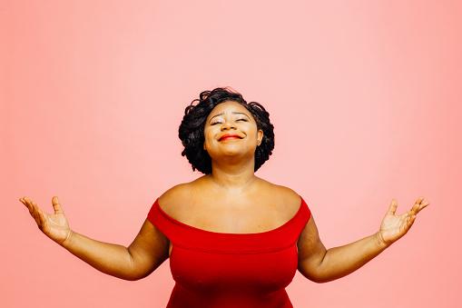 La Vida Es Maravillosa Retrato De Una Mujer Confiada Y Satisfecha Tanto Con Las Manos Hacia Fuera Foto de stock y más banco de imágenes de Adulto