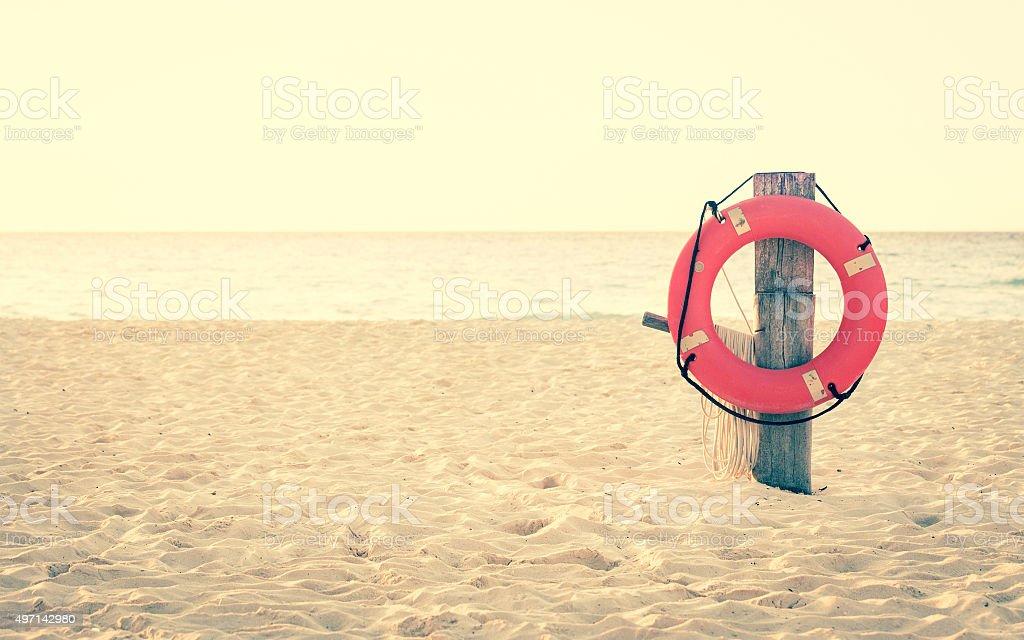 Vita preserver sulla spiaggia di sabbia - foto stock