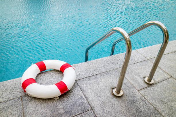 rettungsring am pool.emergency reifen schwimmen im swimmingpool zu schwimmen. - wasser sicherheitsausrüstung stock-fotos und bilder