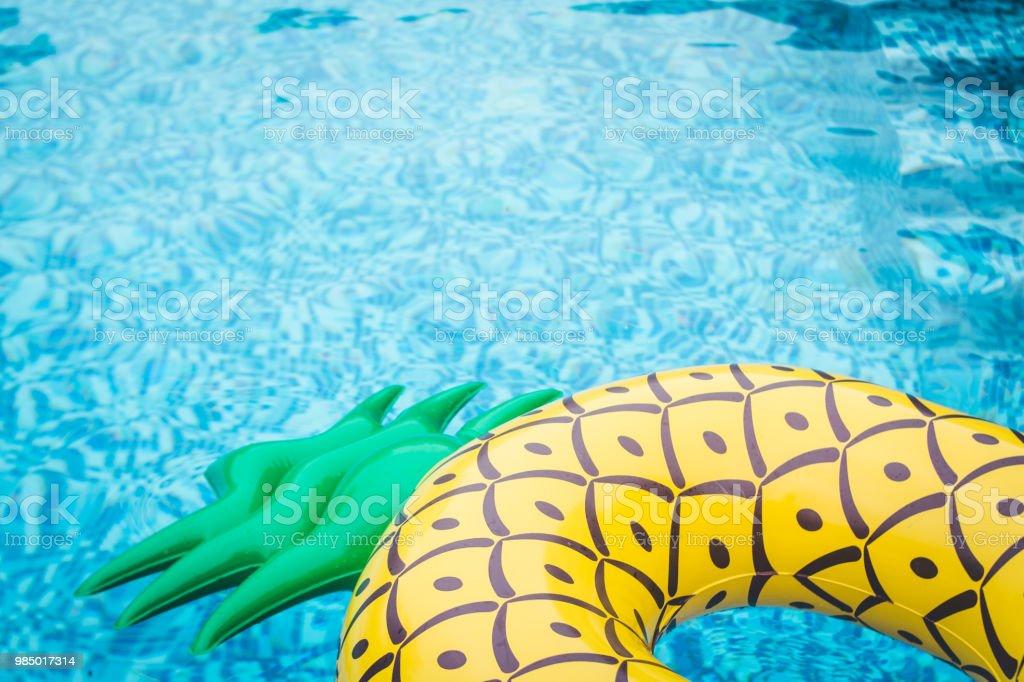 Leben Ring Ananas im Pool Sommer – Foto