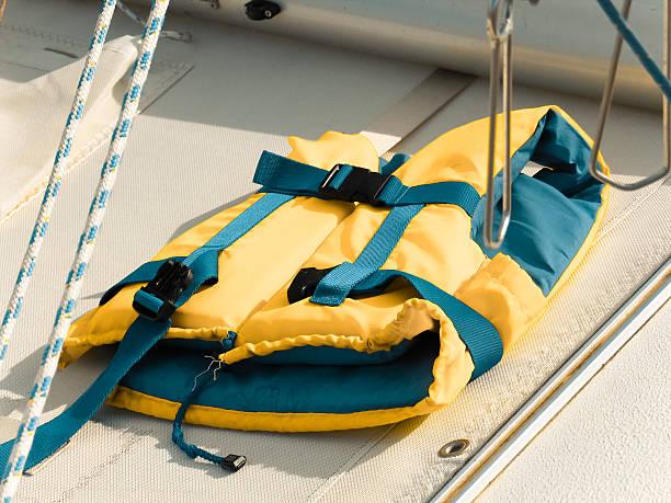 Schwimmweste auf einer yacht-Terrasse – Foto