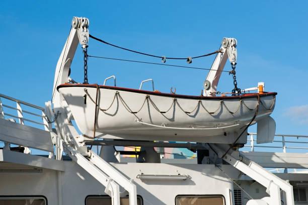 livbåt på en båt som hissa motorn - livbåt bildbanksfoton och bilder