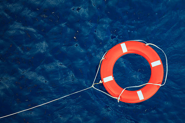 rettungsring zu einer stürmischen blaue meer, sicherheitsausrüstung in einem boot - wasser sicherheitsausrüstung stock-fotos und bilder