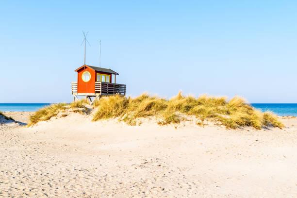 lifeguard stuga bakom sanddyn - sand dune sweden bildbanksfoton och bilder