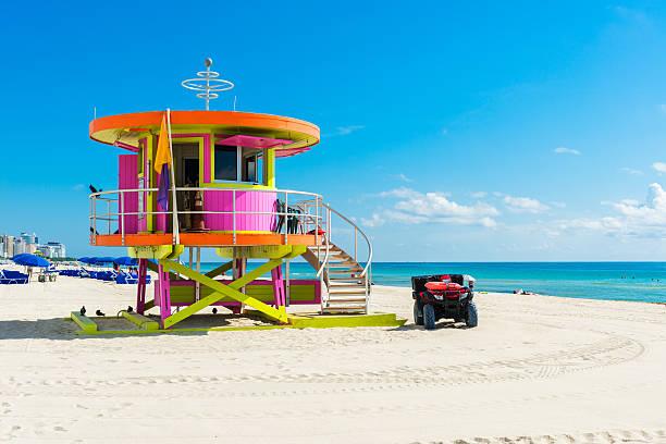 lifeguard hut miami beach - badvaktshytt bildbanksfoton och bilder
