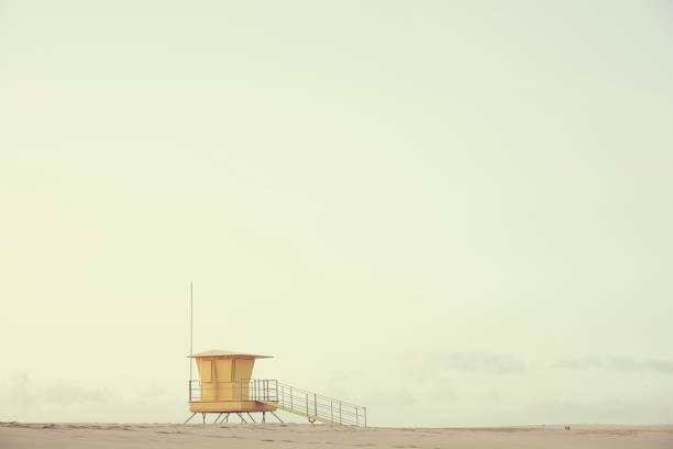badvakt inlägget på fuerteventura, kanarieöarna spanien. - badvaktshytt bildbanksfoton och bilder
