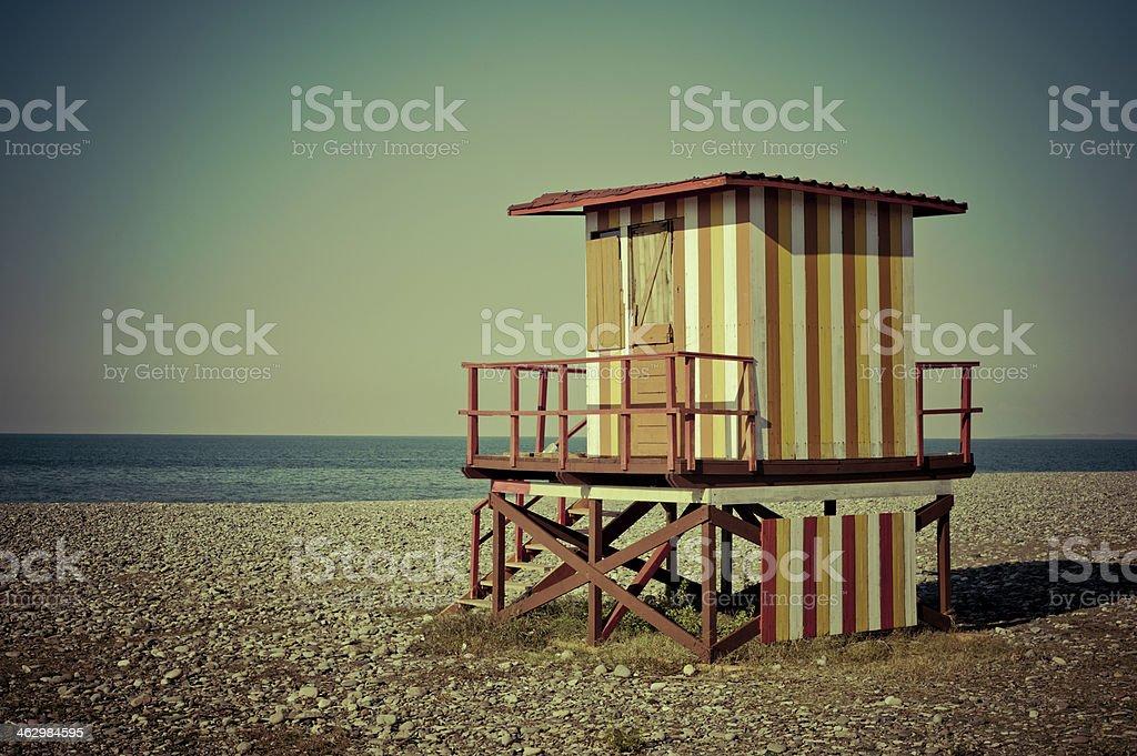 Ratownik stoją na plaży – zdjęcie