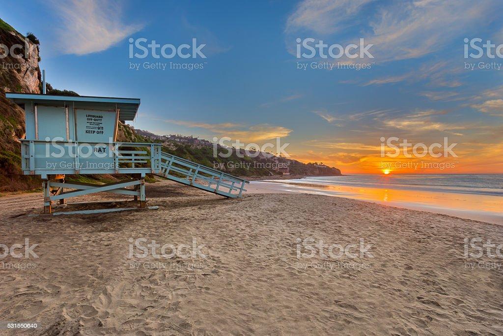 Tak jak wieża ratownicza o zachodzie słońca na plaży z piękne chmury – zdjęcie