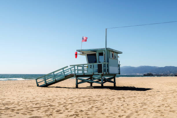 lifeguard tower at the beach in santa monica, california - badvaktshytt bildbanksfoton och bilder