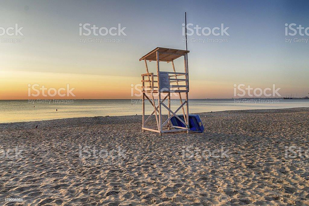 구조대원 타워 해변에서 썬라이즈 royalty-free 스톡 사진